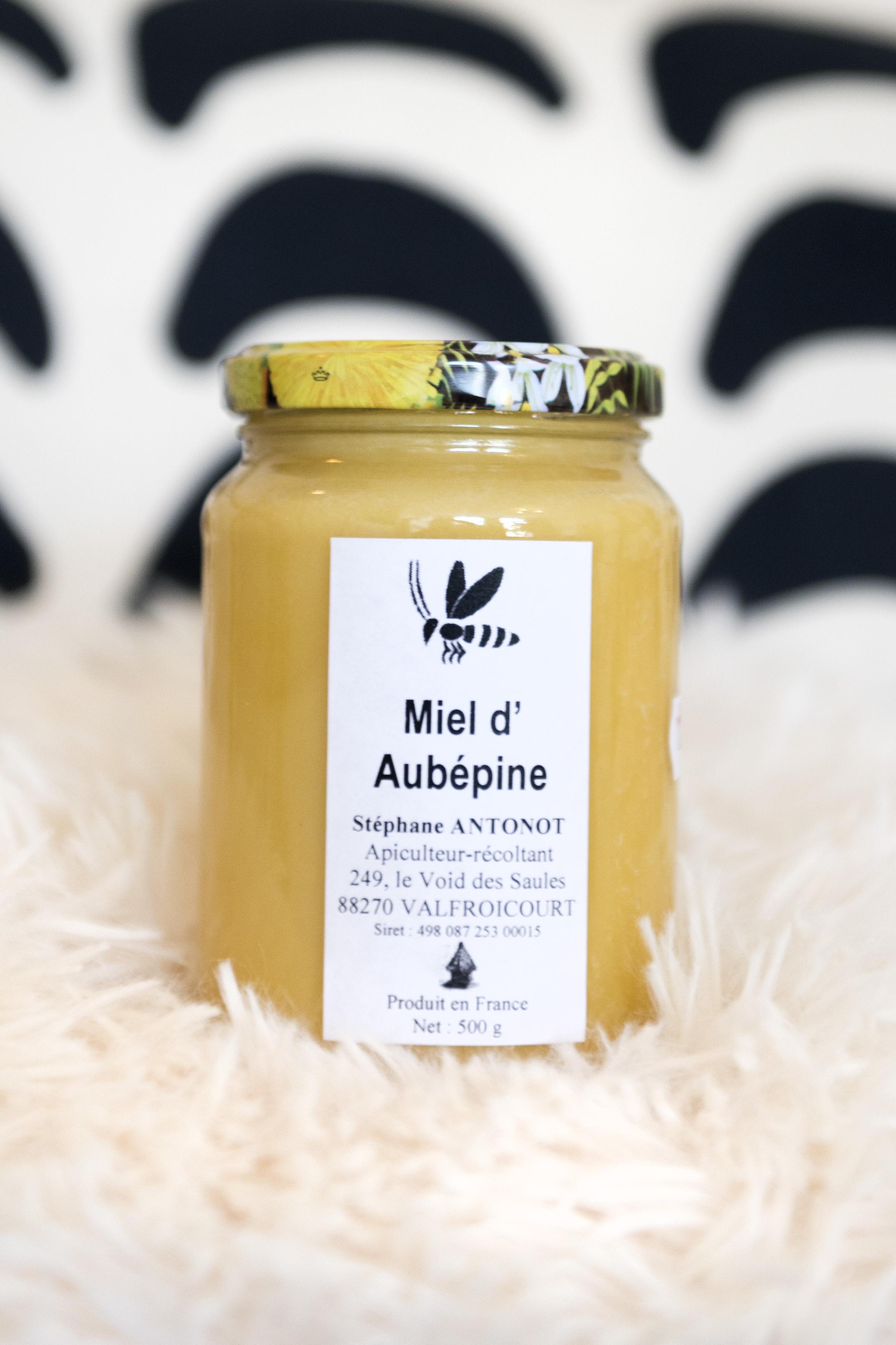 Photographie de face d'un pot de miel d'aubépine.