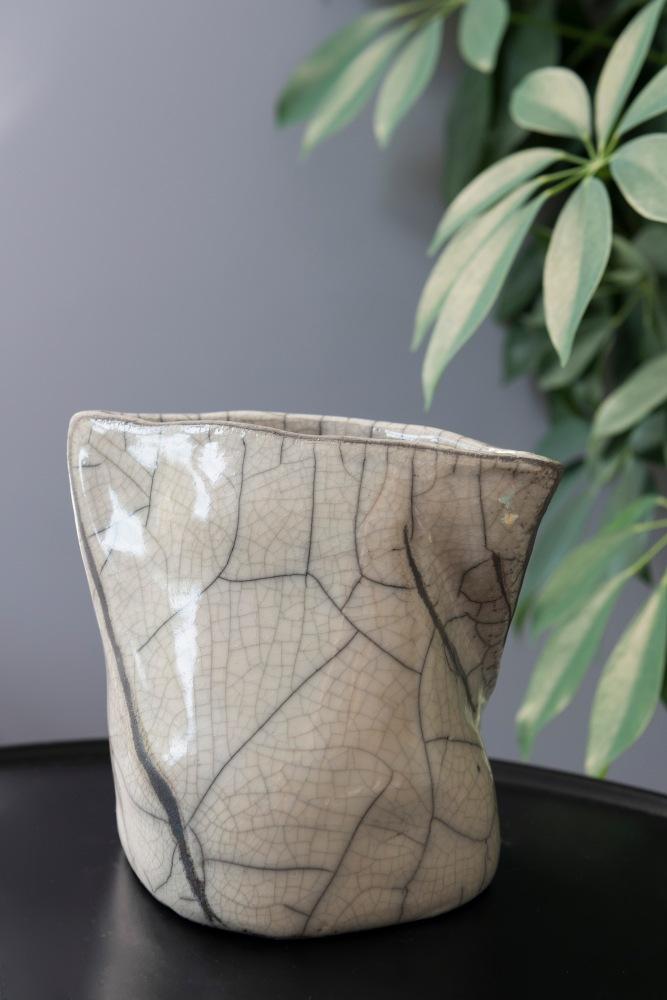 Photographie de face d'un vase en Raku.