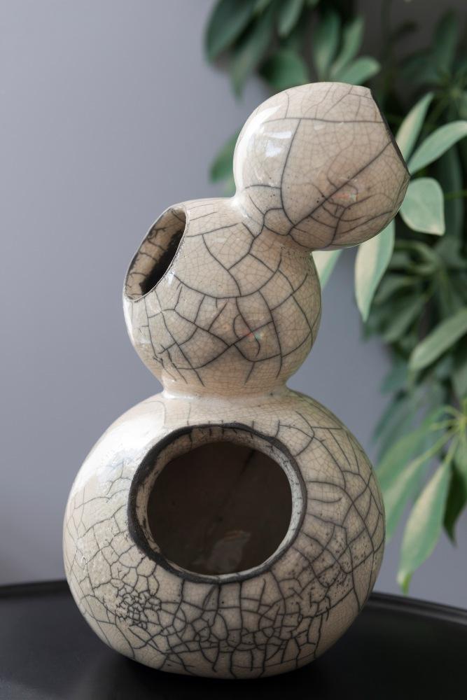 Photographie de face d'une création en poterie au Raku.