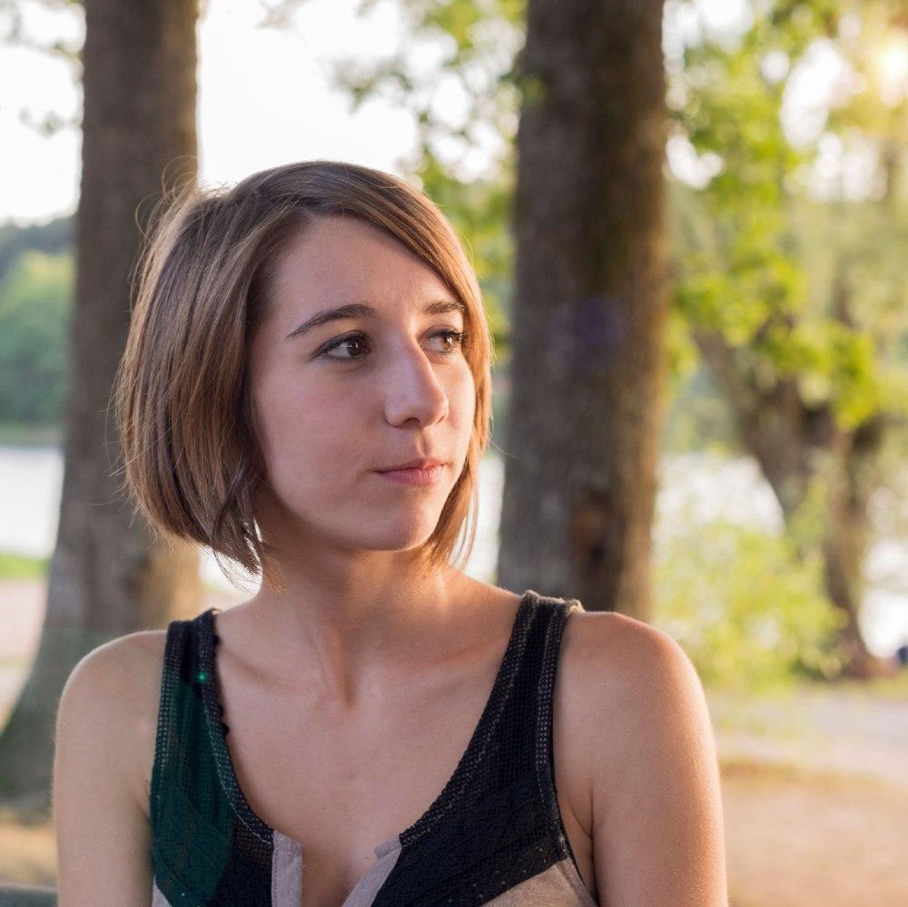 Portrait d'une femme en extérieur, cadrage aux épaules.