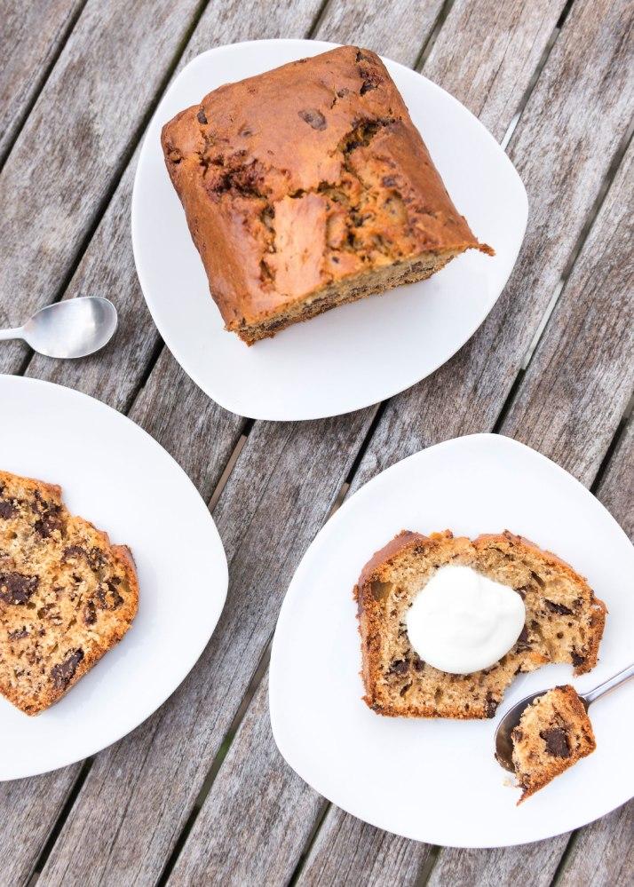 Gâteau au yaourt de Brebis et chocolat, avec deux parts dans deux assiettes, vu du dessus.