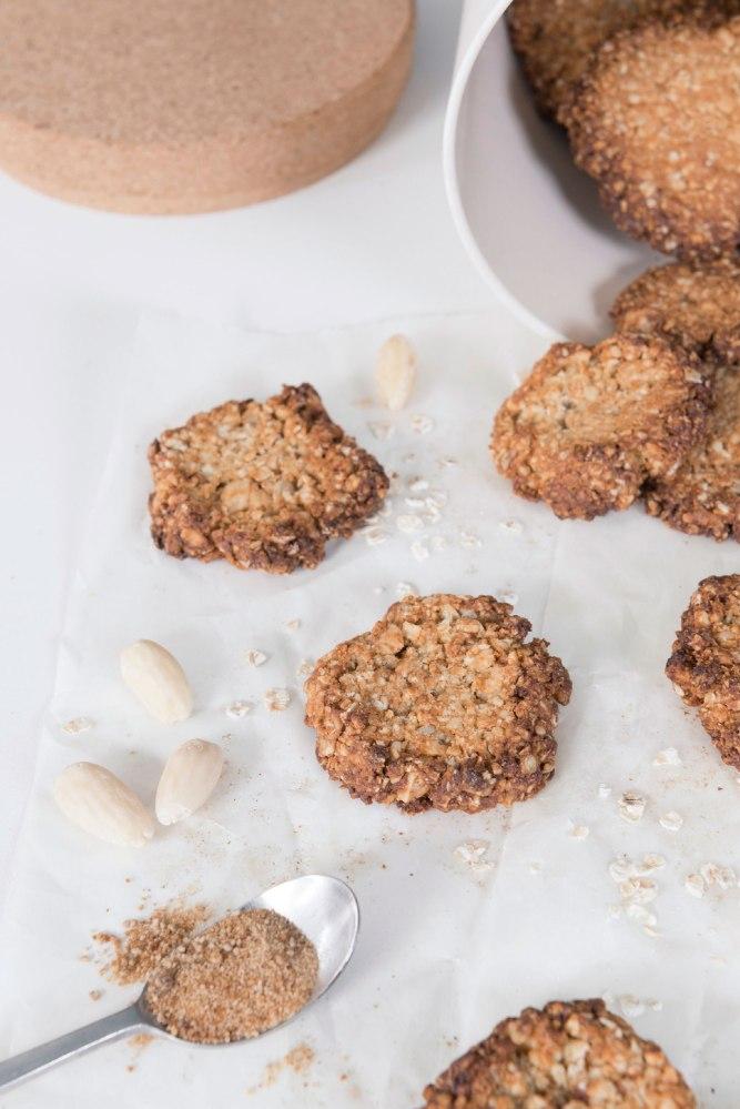 Vue de face de biscuits aux flocons d'avoine.