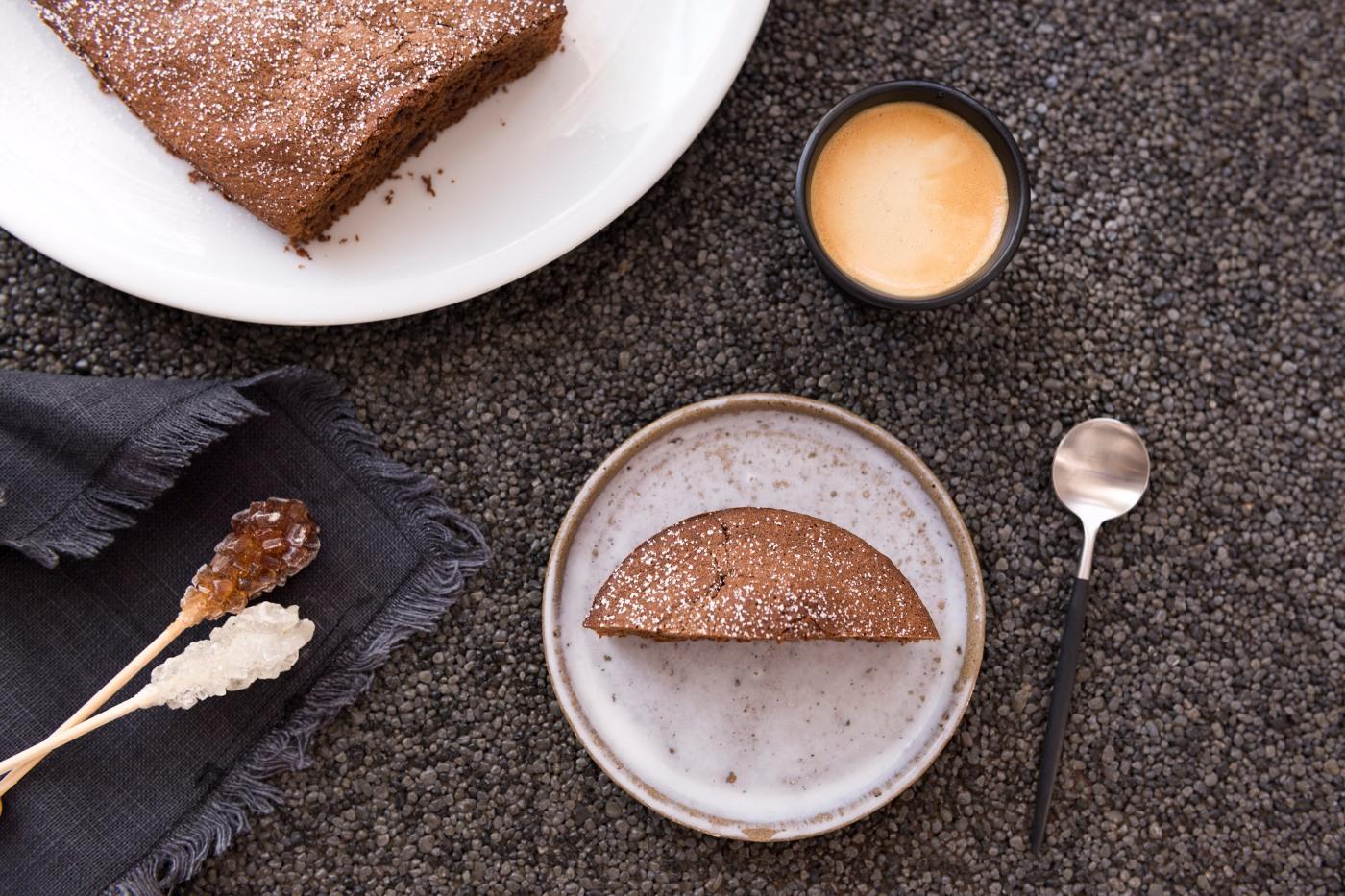 Photo vue du dessus d'une part de gâteau au chocolat et d'un café