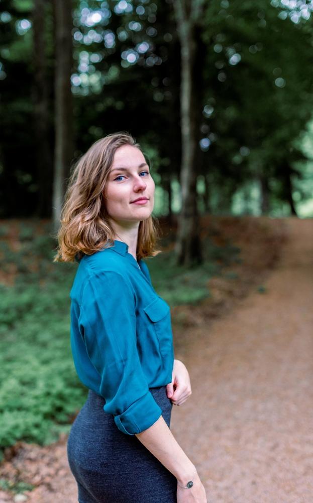 Portrait d'une femme qui se retourne, dans la forêt