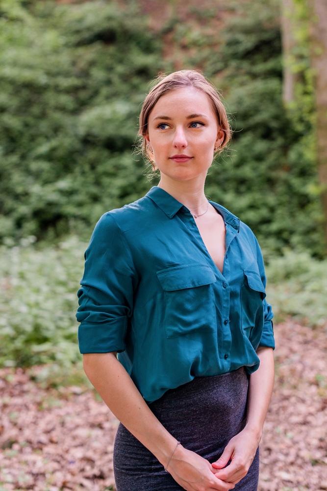 Portrait d'une femme de 3/4, qui regarde vers sa droite.