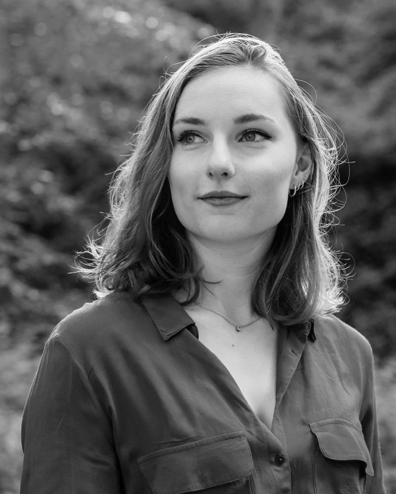 Portrait d'une femme en noir et blanc qui regarde vers sa droite.