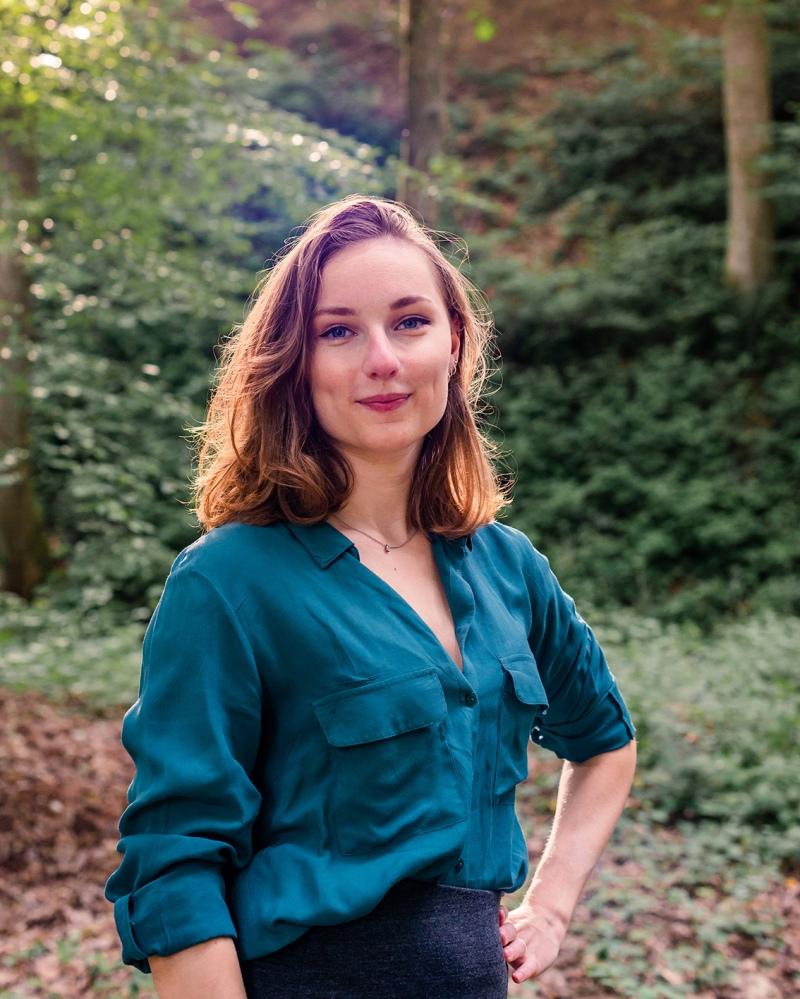 Portrait d'une femme de face dans la forêt.