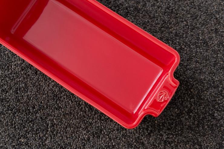 Photographie du dessus d'un de plat four en céramique rouge Peugeot