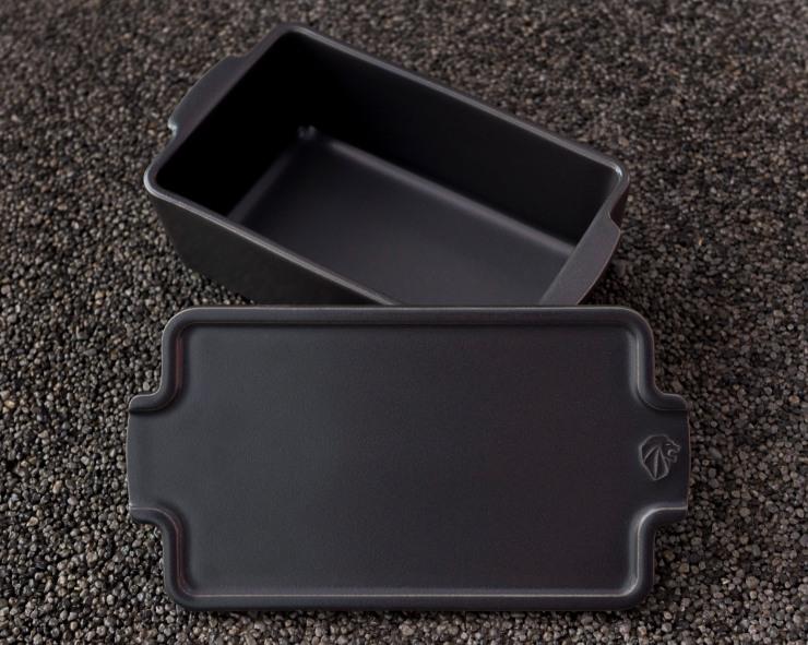 Photographie d'une terrine noire mate en céramique Peugeot