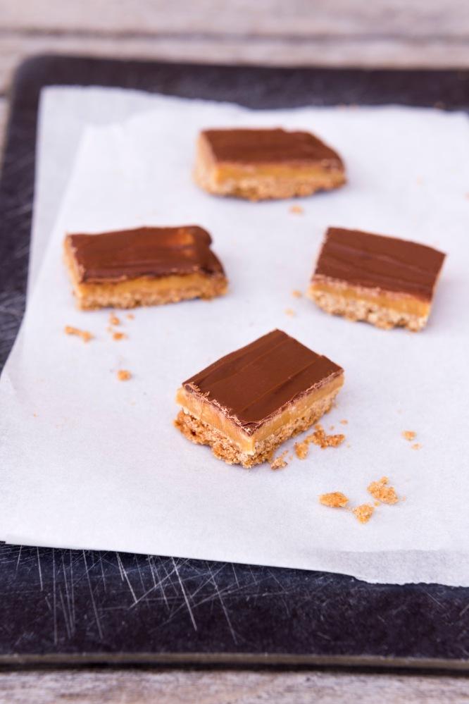 Photographie de biscuits recouverts de caramel et de chocolat au lait.