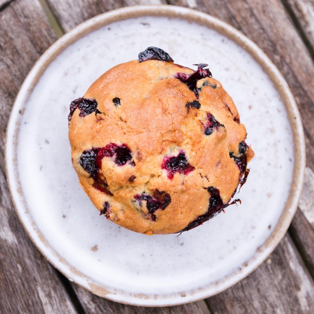 Vue du dessus d'un muffin aux cassis.