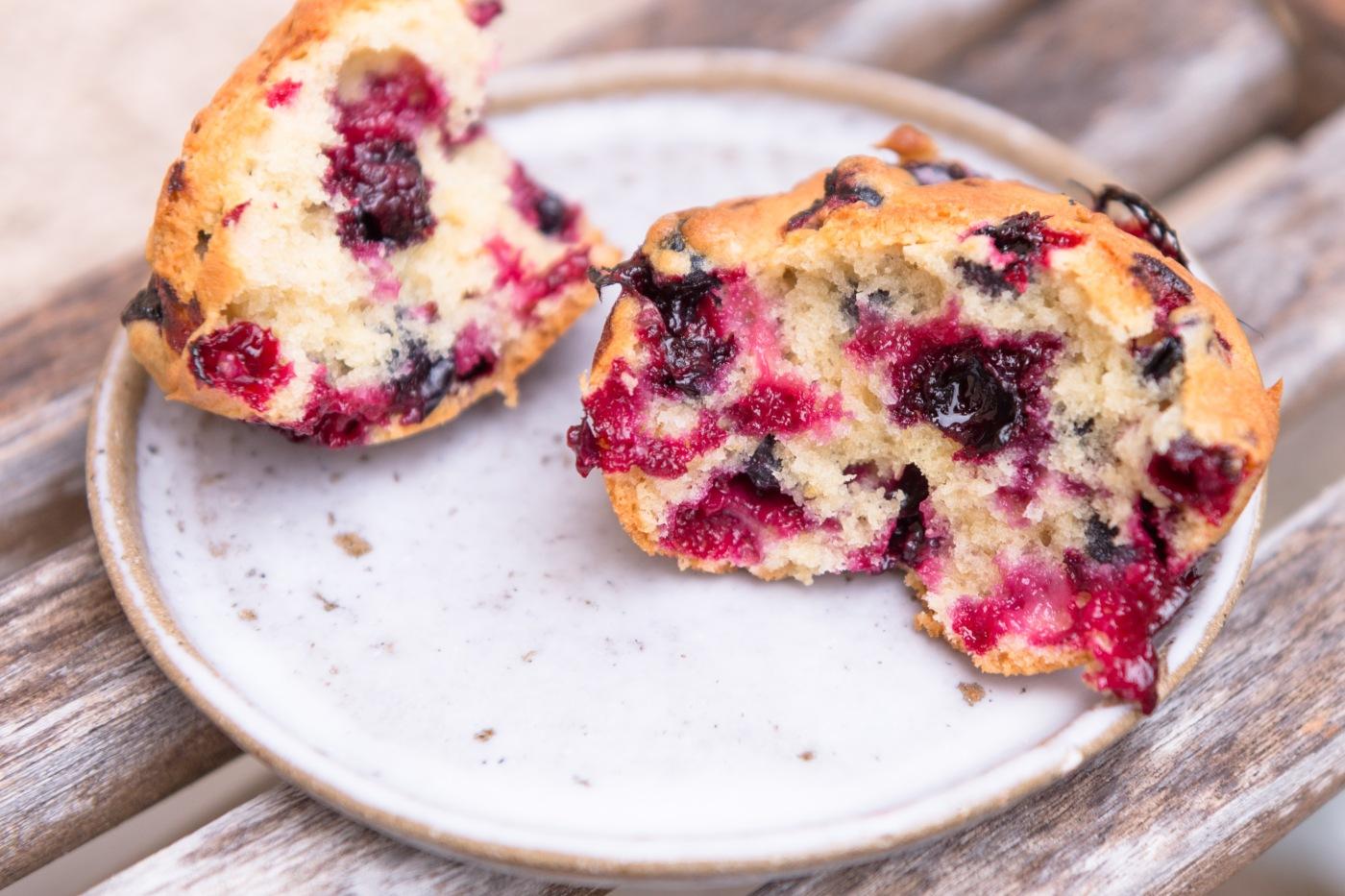Photo en gros plan d'un muffins aux cassis coupé en 2.